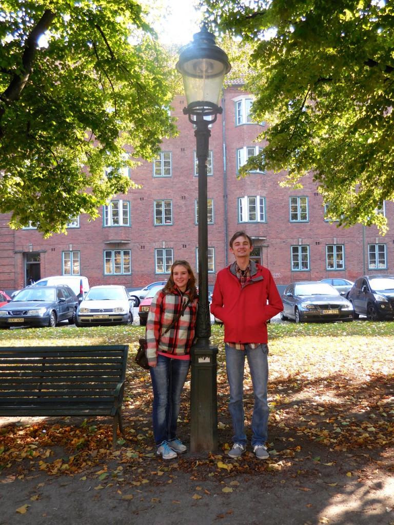 Yannic und Kathi mit einer schwedischen Laterne